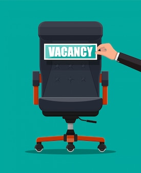 Офисный стул и знак вакансии в руке босса.