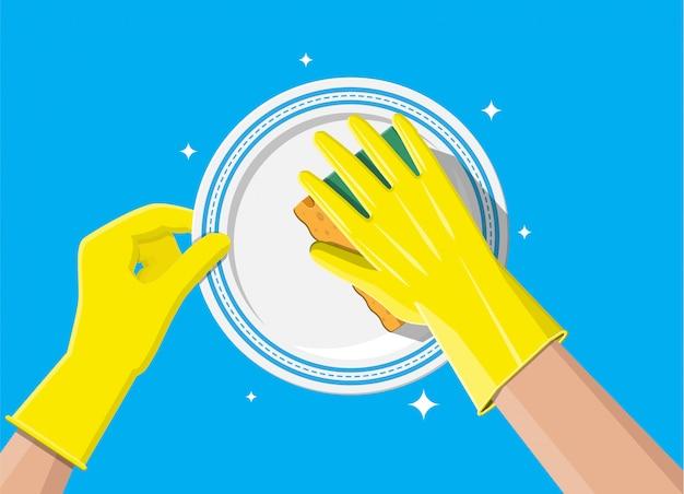 Рука в перчатках с губкой для мытья посуды