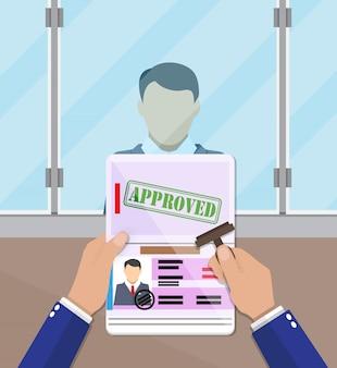 Сотрудник ставит штамп в паспорте