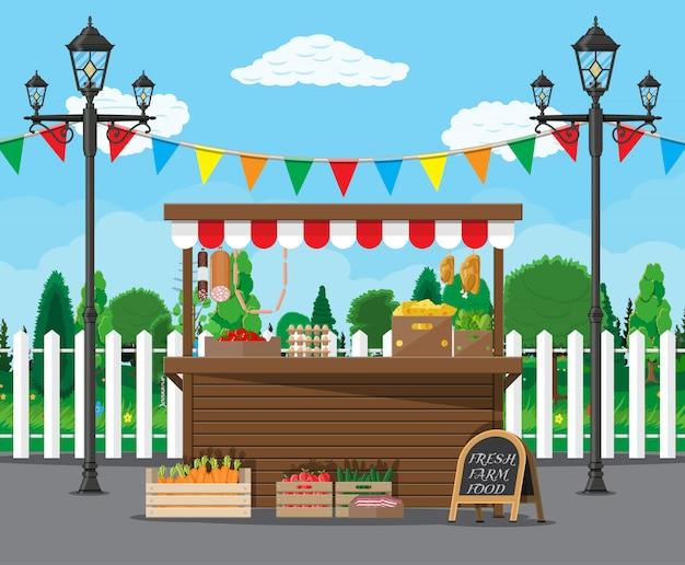 食料品製品でいっぱいの市場の屋台