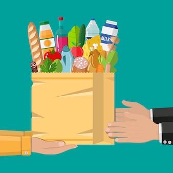 食料品がいっぱい入った紙の買い物袋