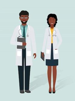 Два доктора, мужчина и женщина в униформе, стоя вместе.