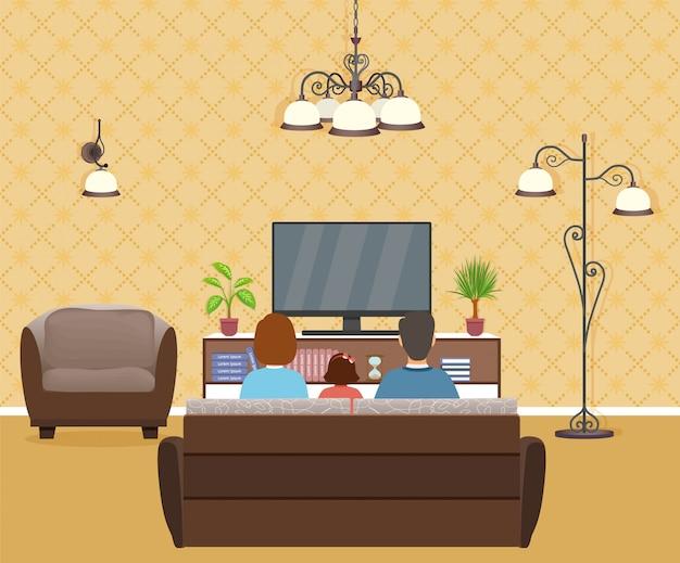 Семья мужчины, женщины и ребенка, смотреть телевизор в интерьере гостиной.