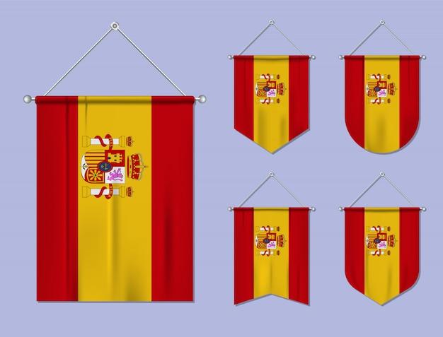 Набор висящих флагов испании с текстильной текстурой. разнообразие форм национального флага страны. вертикальный шаблон вымпела