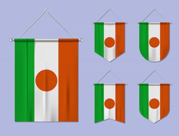 掛かる旗のテクスチャニジェールのセットです。国旗の国の多様性の形。縦型テンプレートペナント