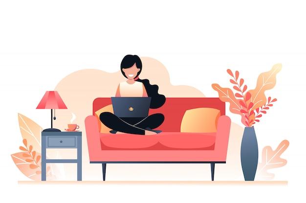 Девушка сидит на диване и держит ноутбук. фриланс и обучение на дому. осенний интерьер комнаты. векторная иллюстрация