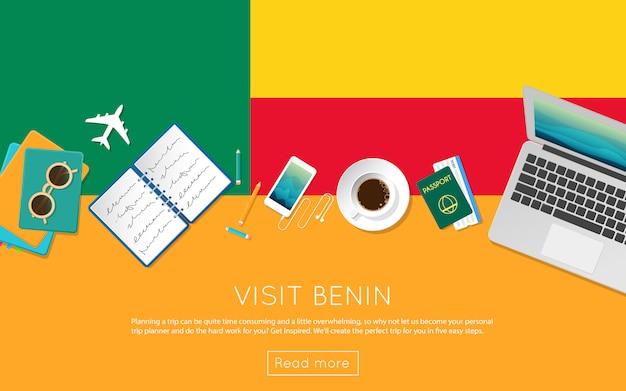 ベナンのコンセプトをご覧ください。ベナンの国旗のノートパソコン、サングラス、コーヒーカップの平面図です。フラットスタイルの旅行計画のウェブサイトのヘッダー。