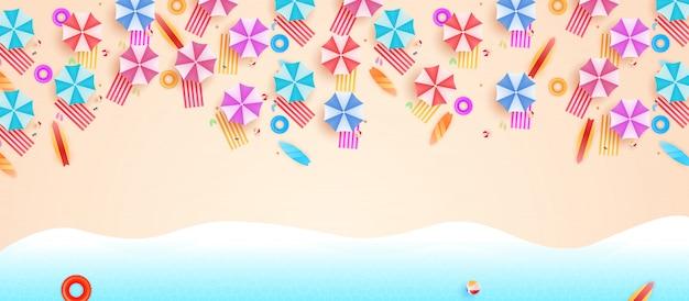 Вид сверху пляжный фон с зонтиками. вид с воздуха на летний пляж.