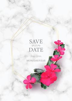 白い大理石の美しいピンクの花の現実的な結婚式の招待カードテンプレート