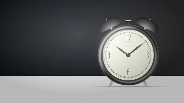リアルなデスククロック。テーブルの上に黒のレトロな目覚まし時計が立っています。レトロな時計。図