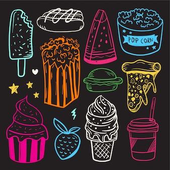 かわいい落書き要素の手描きのセット。ファーストフード、アイスクリーム、ケーキ