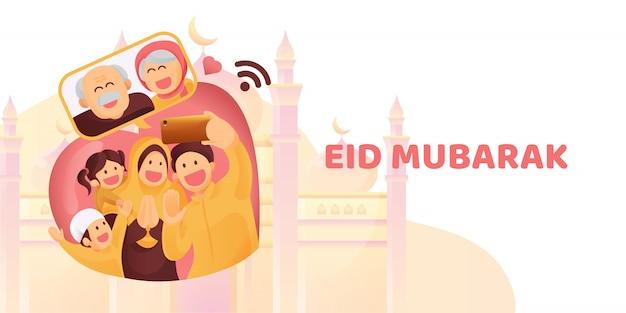 Мусульманская семья свяжется со своими старшими или родителями в смартфоне видеозвонок, чтобы показать свою любовь на празднике ид мубарак