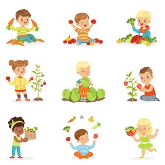 Маленькие дети веселиться и играть с овощами, набор для. мультфильм подробные красочные иллюстрации