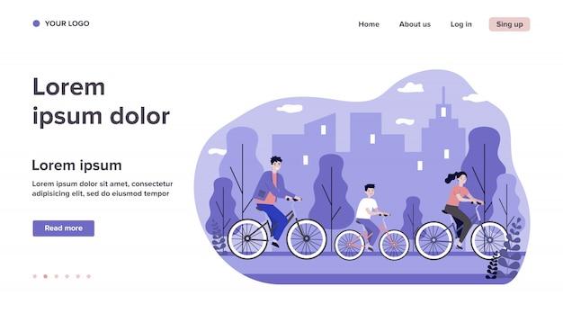 Молодая семья на велосипеде с городом на фоне
