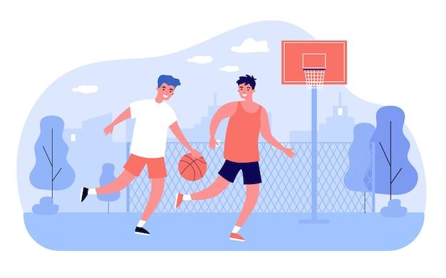 Друзья играют в баскетбол на корте