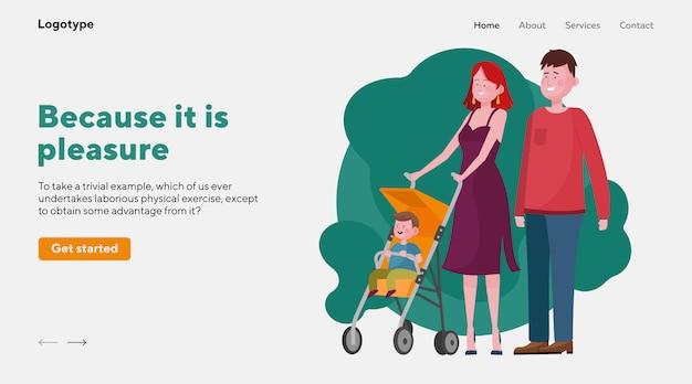 Родители гуляют с ребенком в коляске