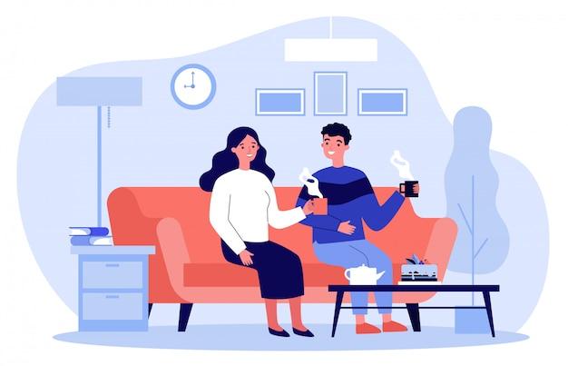 一杯のコーヒーとソファーに一緒に座って愛のカップル
