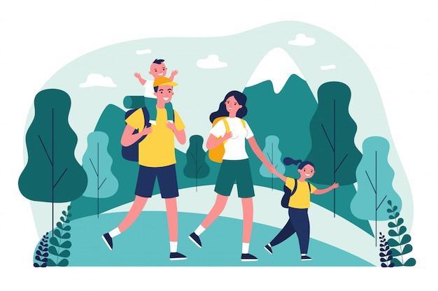 Активная счастливая семья, путешествующая вместе в горах