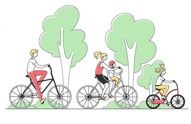Семейная пара с двумя детьми, езда на велосипеде на открытом воздухе