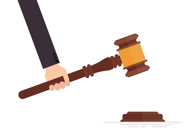裁判官の小槌を手に白い背景で隔離の図