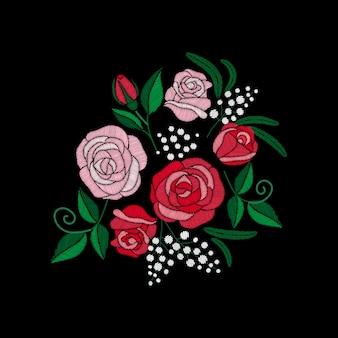 黒の背景に赤いバラと白の花の刺繍。サテンステッチの模倣