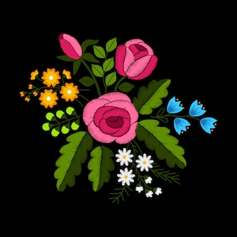 黒い背景に野の花とバラの刺繍。