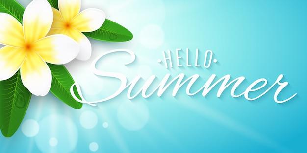 Привет летняя надпись. сезонный баннер. плюмерия цветы на синем фоне с сияющим солнцем с боке огни.