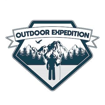 Винтажный логотип, дизайн одежды печати, иллюстрация эмблемы, заплаты, значка с путешественником человека в внешних горах леса экспедиции. приключения, путешествия, летний кемпинг, на природе, исследовать, природные.
