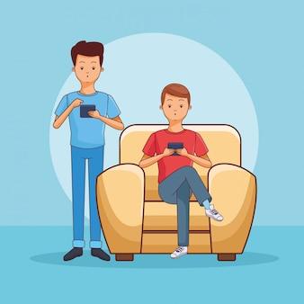Подростки с помощью смартфона, сидя на диване
