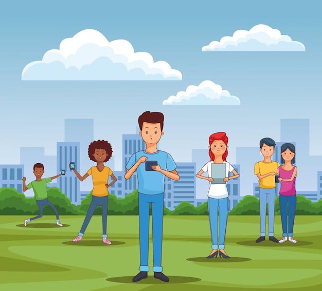 Подростки, использующие смартфоны и планшеты
