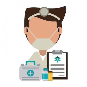 応急処置スーツケースとクリップボードと薬を持つ医師