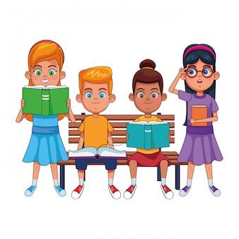 Маленькие дети с книгами на скамейке