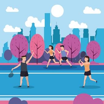 フィットネスの人々が公園でトレーニング