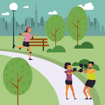 Фитнес люди тренируются в парке