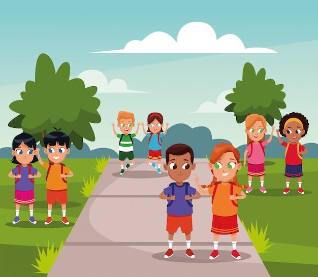 公園でバックパックを持つ学校の子供たち