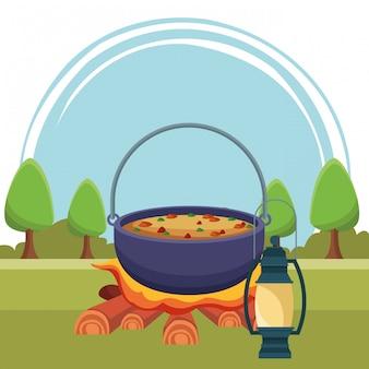 Кемпинг приготовления супа на костре с фонарем
