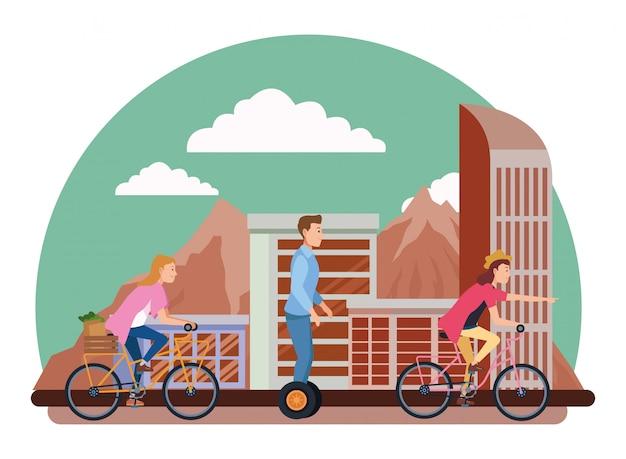 自転車や電動スクーターの人々