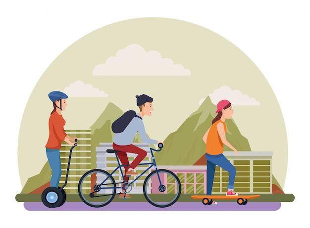 バイクスケートボードとスクーターを持つ人々