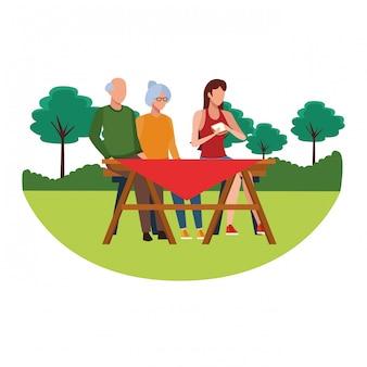 屋外のテーブルを食べる顔のない家族