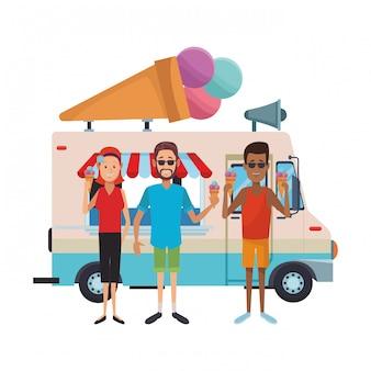 Люди едят мороженое