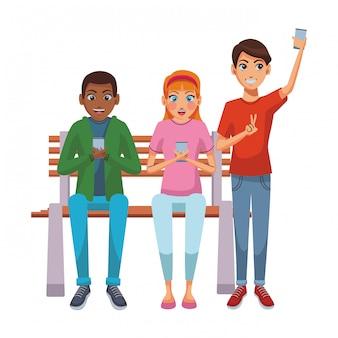 Друзья, используя смартфон на скамейке