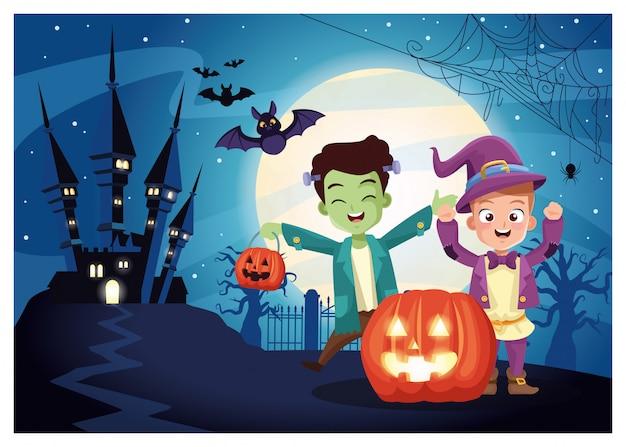 ハロウィーンの暗いシーンと変装した子供とカボチャ
