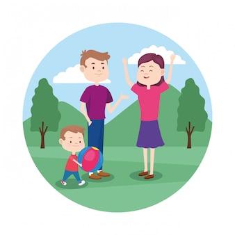 Счастливая семья, играя со своим маленьким ребенком в парке