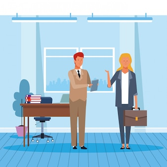 Бизнесмен и женщина, работающая в офисе
