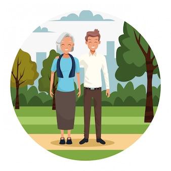 Старая женщина и мужчина в парке