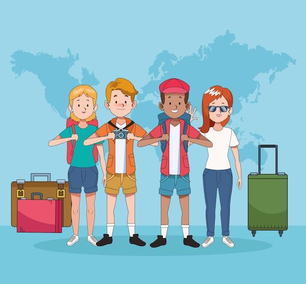 世界地図とスーツケースを持つ観光客のグループ