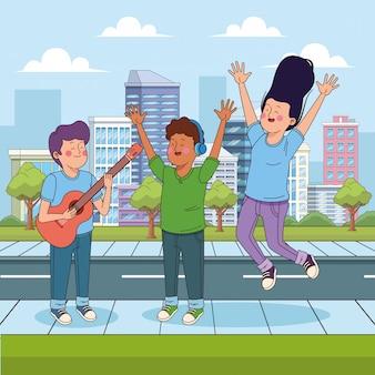 Подросток играет на гитаре и его друзья прыгают от счастья