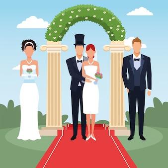 Свадебные пары, стоящие над цветочной аркой и пейзажем