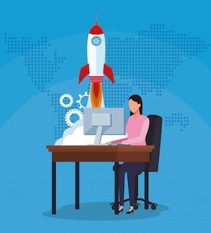 Бизнес-леди работая ракета успеха компьютера начинает дело