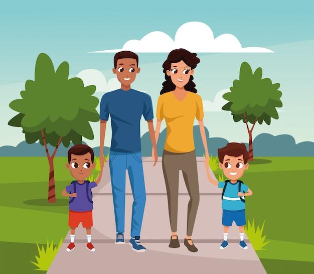 公園を歩いている男の子と幸せな家族